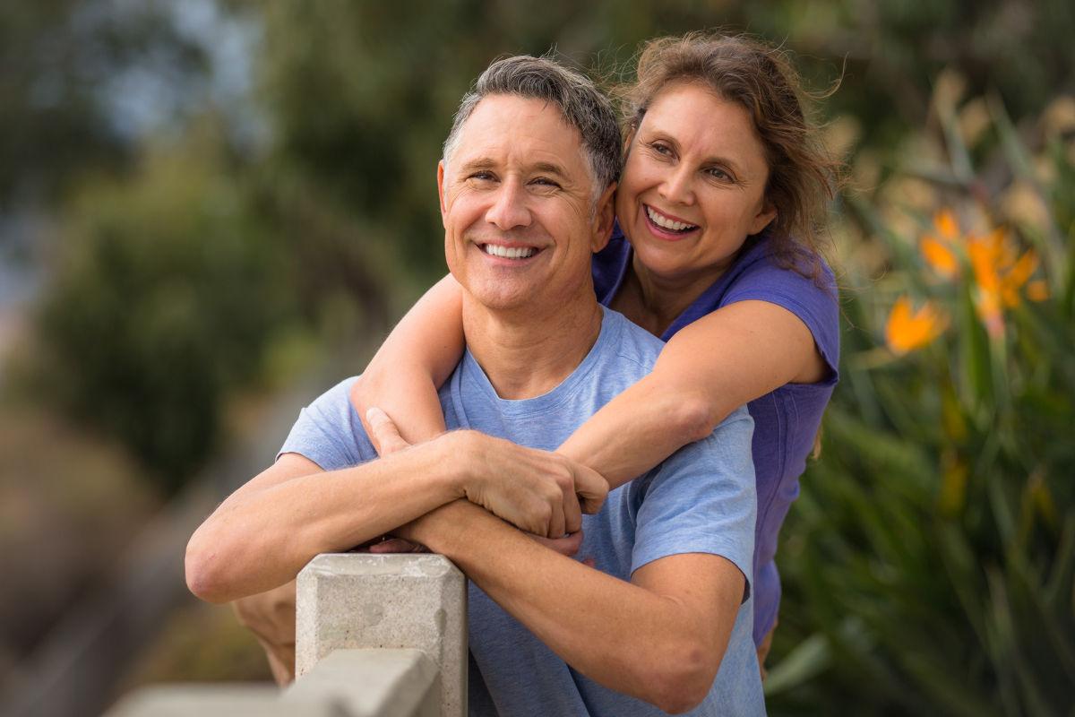 pareja-mediana-edad-hidroterapia-del-colon